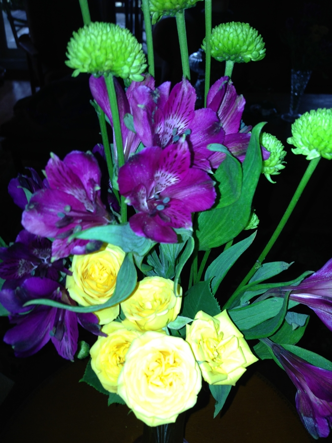 Festive floral arrangement Throw a party Laissez Bon Temps Rouler www.diningwithmimi.com