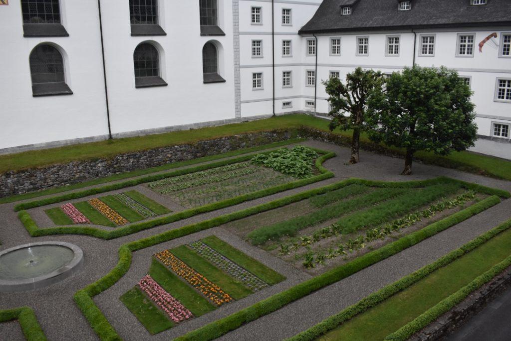 Abbeys Courtyard Garden for Dazed by Engelberg in July www.diningwithmimi